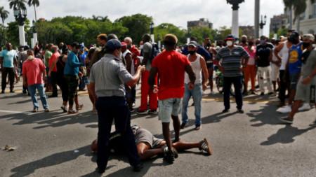 Конфронтация между привърженици на правителството и протестиращи срещу властта в Хавана.