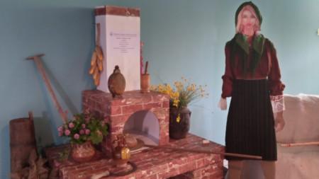 """Уникален макет, пресъздаващ старинната българска къща с пещ за хляб, сътвори възпитаничка на гимназията по туризъм """"Алеко Константинов"""" в Банско"""