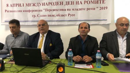 Вицепрезидентът на Световната ромска организация Петко Асенов (вторият от ляво надясно)