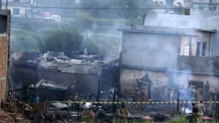 Загинали са 13 души на земята и 5-членния екипаж на малкия военен самолет, паднал в жилищен район на Равалпинди.