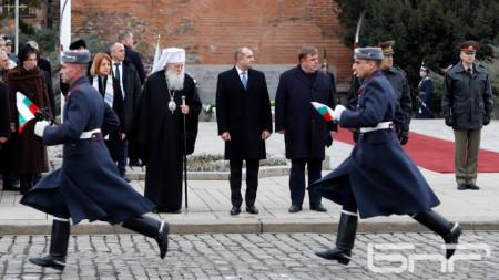 Пред паметника на Незнайния воин – президентът Румен Радев участва в ритуала за освещаване на бойните знамена и знамената светини на Българската армия.