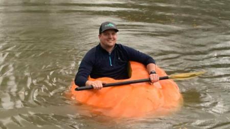Джъстин Оунби в огромната тиква, която превърна в каяк.