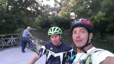 Владимир Димитров /вдясно/ и Стилиян Лазаров /вляво/ на старта на кея на реката в Елхово
