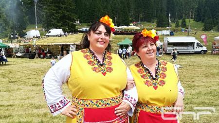 Събка и Таня Кьоровски, майка и дъщеря влюбени в българските народни танци.