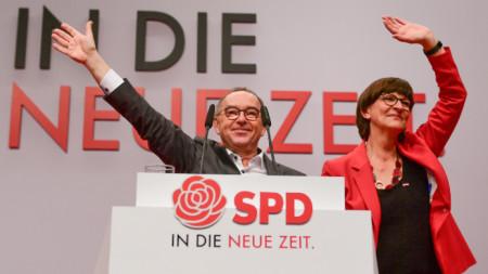 Новите лидери на Германската социалдемократическа партия (ГСДП) Норберт Валтер-Борянс и Саския Ескен