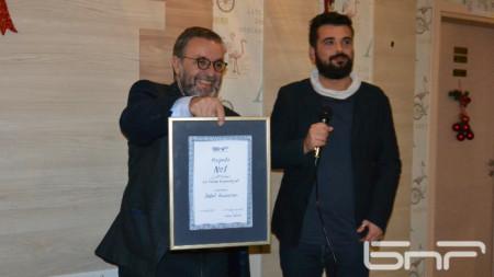 И.д. генералният директор на БНР Антон Митов връчи наградата на Давид Калпачки