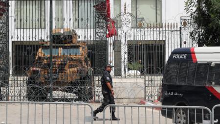 Охрана пред парламента на Тунис след напрежението, когато президентът Каис Сайед уволни премиера, 1 август 2021 г.