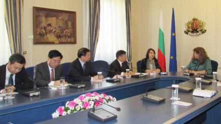 Илияна Йотова се срещна с представители на Националната комисия за надзор на Китайската народна република.