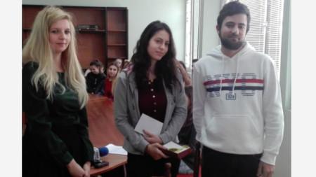 Рая Стефанова (в средата) с двама от инициаторите на конкурса, Авадра и Кристиян, по време на награждаването в езиковата гимназия във Видин.