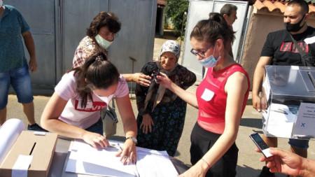 Гласуване на хора от село Сърница, община Минерални бани, в подвижни секции за хора с увреждания.