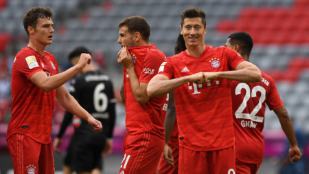 Левандовски (вдясно) вкара 2 гола.