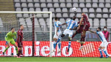 Отборът на Наполи (в синьо-бели екипи) победи в Торино.