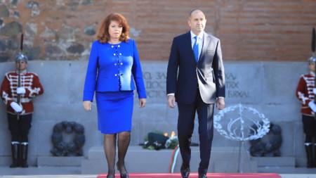 Румен Радев и Илияна Йотова поднесоха цветя пред Паметника на Незнайния воин в София, 9 май 2021 г.