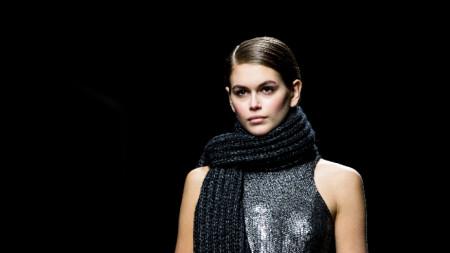 Кая дефилира за Майкъл Корс по време на Седмицата на модата в Ню Йорк в началото на февруари.