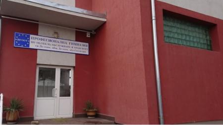Професионалната гимназия в Дулово се включи в акция за ушиване на памучни маски.