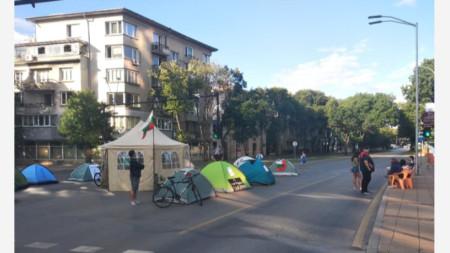 Протестен палатков лагер на кръстовището пред Община Варна