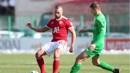 Георги Йомов (вляво) имаше добра възможност да вкара гол за ЦСКА София.