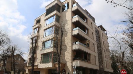 """Сградата на улица """"Латинка"""" в столичния квартал """"Изток"""", известна като """"Къщата на буквите""""."""
