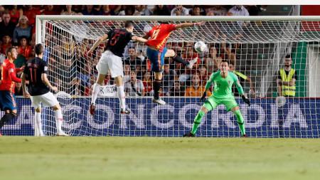 Саул бележи първия гол за Испания.
