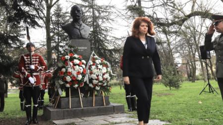 Вицепрезидентът Илияна Йотова поднесе днес цветя пред паметника на Раковски в Борисовата градина в София по повод 200 години от рождението му.