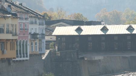 """Ловеч е разположен от двете страни на река Осъм, която излизайки от скалиста теснина, прави няколко извивки между хълмовете """"Стратеш"""", """"Хисаря"""" и """"Баш бунар""""."""