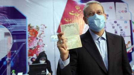 Али Лариджани се регистрира като кандидат за президент във вътрешното министерство в Техеран.