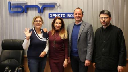 Владина Цекова, Ива Дойчинова, Николай Гюров и отец Стоян Чиликов (отляво надясно)