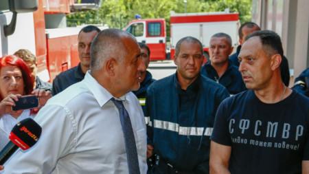 Бойко Борисов разговаря с пожарникари от службата в