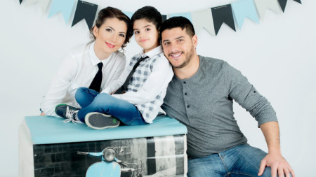 Anife ve Halid Hasanov çifti ve oğulları.