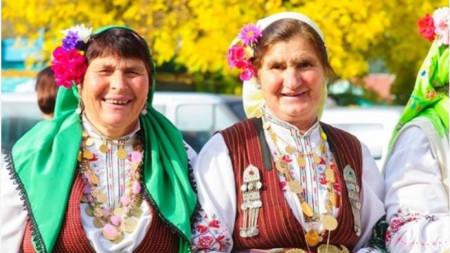 Райна Гюрова (втората отляво)