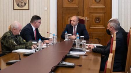 Румен Радев на среща с министъра на отбраната Георги Панайотов и генерал-лейтенант Любчо Тодоров