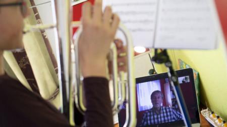 Дистанционно обучение по музика