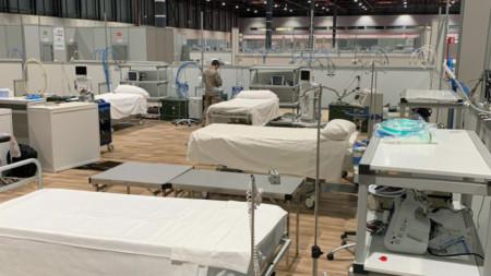 Военни от медицинския отдел на испанските военновъздушни сили подготвят полева болница за интензивно лечение за пациенти с коронавирус, Мадрид, 27 март 2020 г.