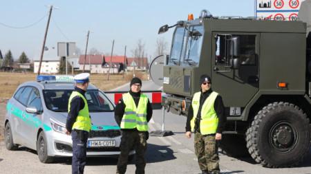 Полски полицаи на затворената граница със Словакия.