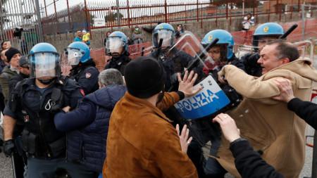 Роднини на затворници в сблъсък с полицията пред затвор в Рим.