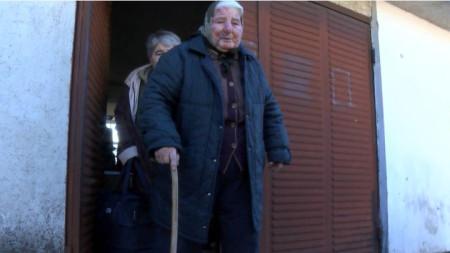 Иванка Койчева (83 г.) оказала съпротива на нападателя и днес бе закарана в болница в Стара Загора заради болки в гърдите и главата.
