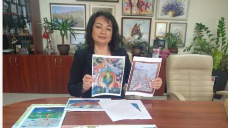 Инж.Росица Димитрова с две от наградените рисунки