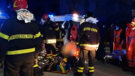 Паническа блъсканица в нощен клуб в Италия причини смъртта на петима тинейджъри и една жена. Десетки са ранените, 12 са в тежко състояние.