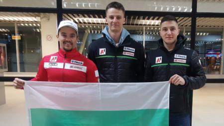 Попов, Златков и Тодоров (от ляво на дясно) с българския флаг на летище