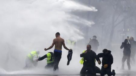 """Полиция използва водни оръдия срещу демонстранти с жълти жилетки на бул. """"Шанз Елизе"""" в Париж."""
