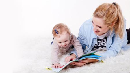 Детето до 2 години и половина имитира това, което види и чуе