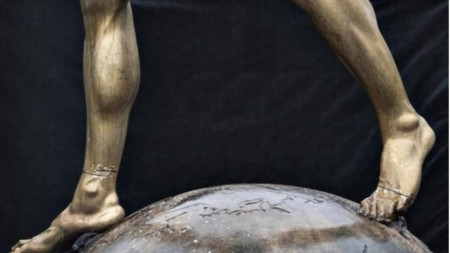 Вандалите прерязаха краката на статуята на Златан.