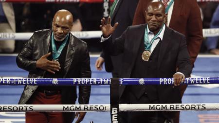 Майк Тайсън (вляво) и Ивендър Холифийлд отново могат да се качат на ринга