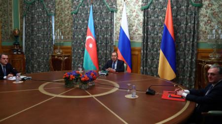 Външните министри на Арезбайджан Джейхун Байрамов, на Русия - Сергей Лавров и на Армения Зохраб Мнацаканян по време на преговорите в Москва