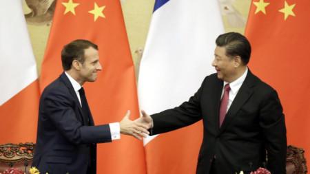 Еманюел Макрон и Си Цзинпин на срещата им в Пекин.