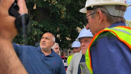 Премиерът Борисов по време на инспекцията на  жп-трасето София-Пловдив, край гара Белозем.