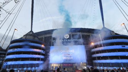 Феновете на Манчестър Сити ликуват пред клубния стадион, след като отбора им спечели титлата