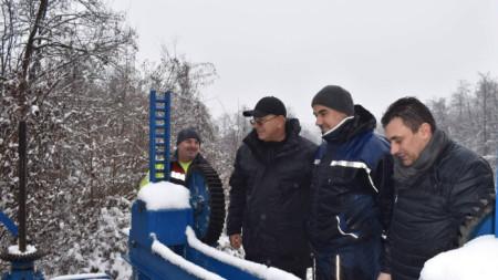 Министърът на околната среда и водите Емил Димитров приръства на началото на контролирането изпускане на вода от язовир
