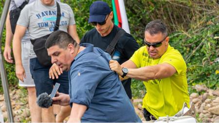 Ивайло Мирчев, изтласкван по време на акцията от гардове
