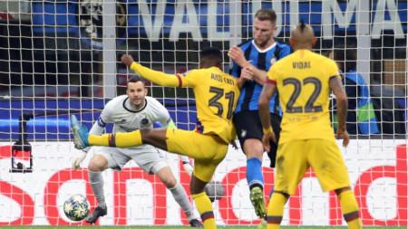 Ансу Фати (№31) вкарва победния гол за Барселона в Милано.